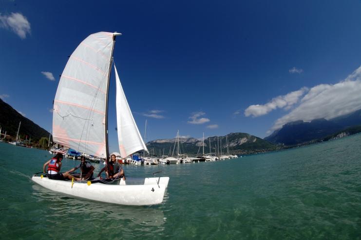 Catamaran-sur-le-lac-d-Annecy